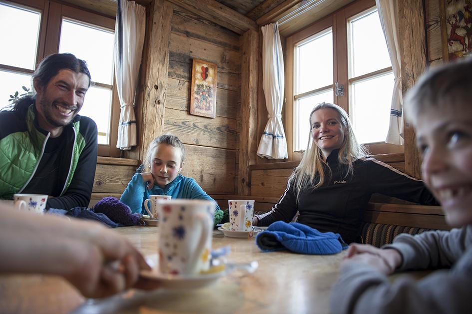 Hütteneinkehr in einer der gemütlichen Hütten im Skigroßraum Dolomiti Superski. Foto: Alex Filz