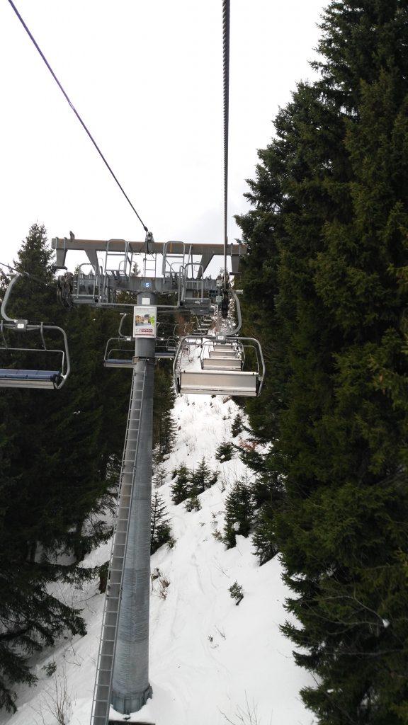 Brauneck/Lenggries/Saisonbeginn: Unter der Woche fahren fast nur leere Sessel an der Ahornbahn nach oben. Foto: Rainer Krause