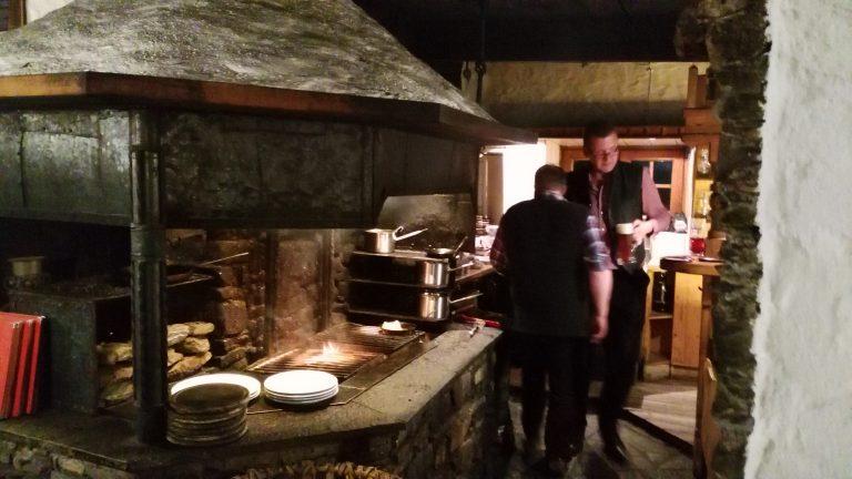 Bad Hofgastein: Im Schmaranzbräu der Familie Viehauser wird am offenen Feuer gekocht. Foto: Rainer Krause
