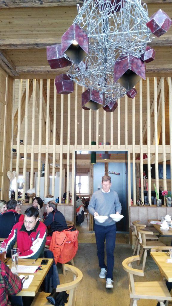 Granatalm am Penkenjoch/Zillertal: Die Granatstube durchweht durch den sieben Meter hohen Raum etwas Hochherrschaftliches. Foto: Rainer Krause