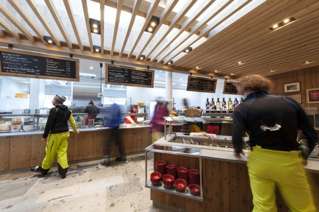 Granatalm am Penkenjoch/Zillertal: Der sogenannte Free-Flow-Selbstbedienungsbereich mit Schaukücke und Grillerei. Foto: Granatalm