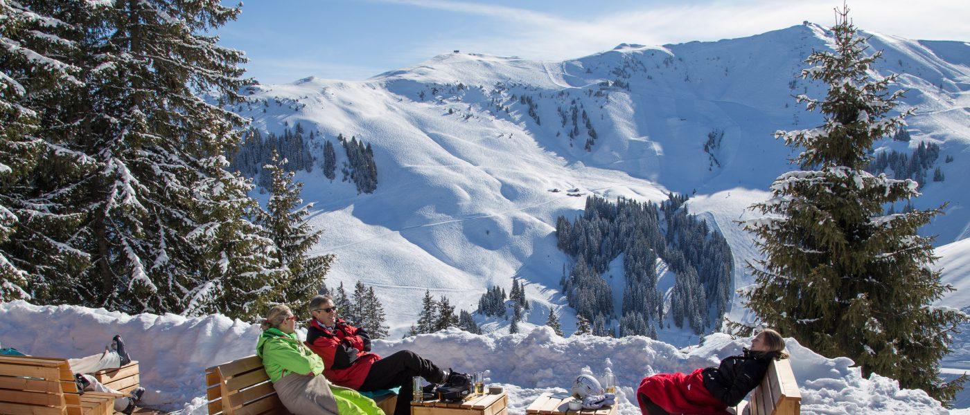 Skifahrer beim Sonnen am Bergrestaurant Sonnbühel, Kitzbühel, älteste Skihütte der Welt. Foto: Hans-Werner Rodrian
