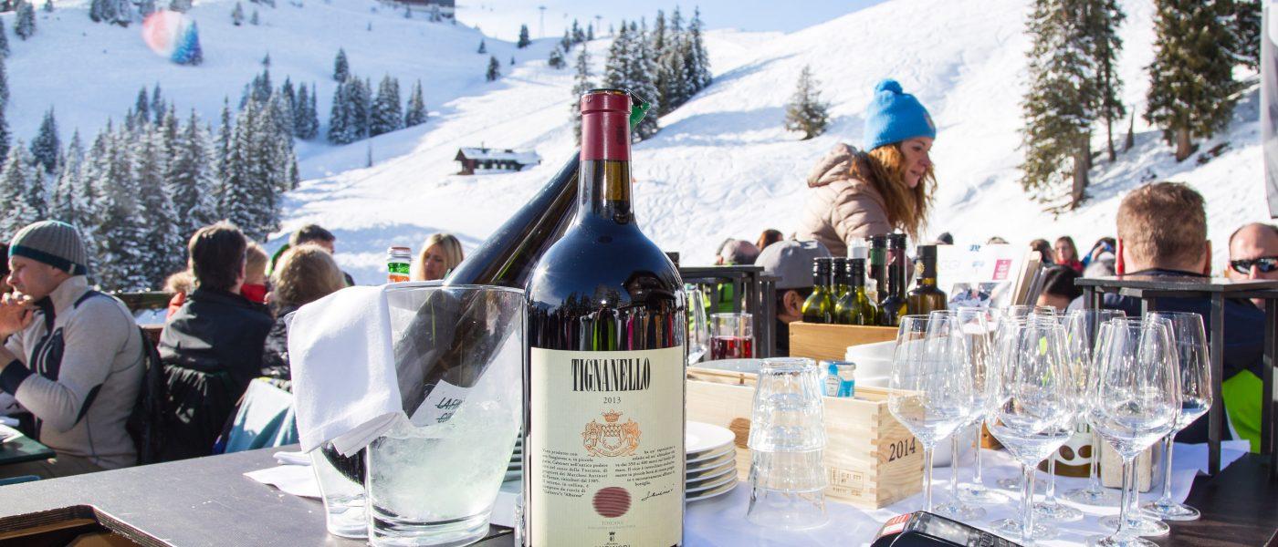 Magnum-Weinflasche, Bergrestaurant Sonnbühel, Kitzbühel, älteste Skihütte der Welt. Foto: Hans-Werner Rodrian