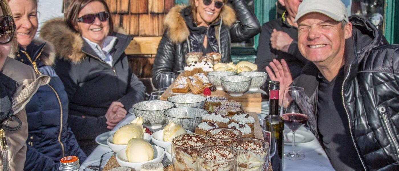 Skifahrergruppe beim Dessert, Bergrestaurant Sonnbühel, Kitzbühel, älteste Skihütte der Welt. Foto: Hans-Werner Rodrian
