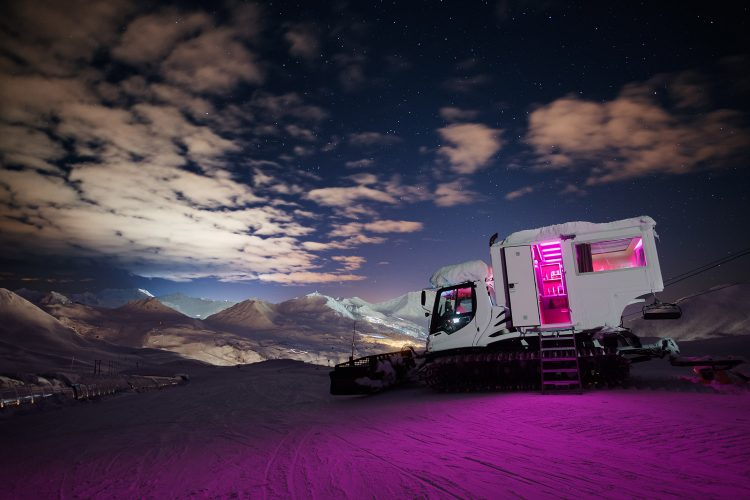 "Mini-Luxus-Hotel im Pistenbully ""Over the Moon"" im Skigebiet La Plagne/Frankreich. Foto: Companie des Alpes"