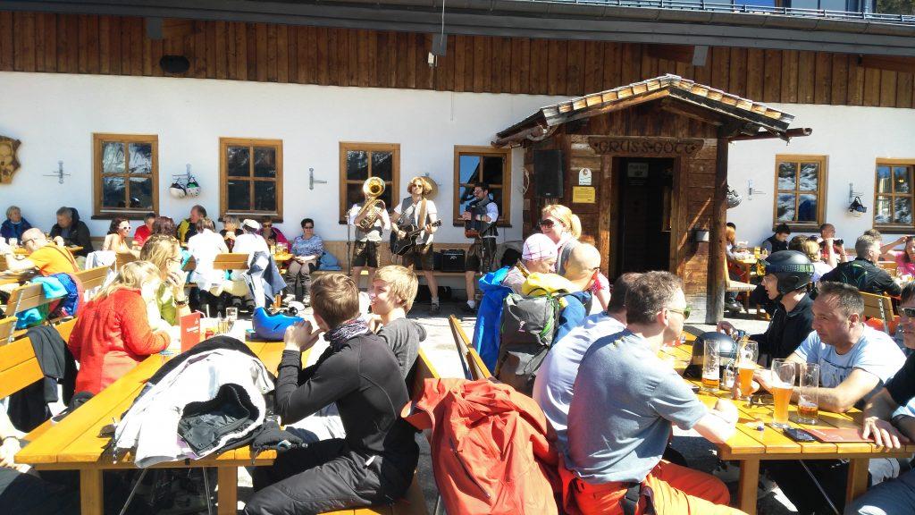 Gasteinertal, Skigebiet Stubnerkogel: Terasse der Jungeralm mit Musikanten. Foto: Rainer Krause
