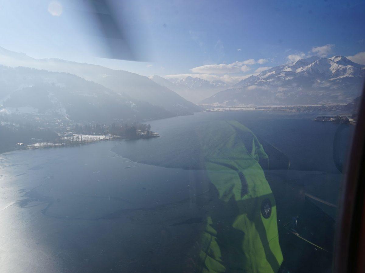 Zella am See/Salzburger Land: Heli-Transfer von Schloss Prielau ins Skigebiet. Über dem See. Foto: Rainer Krause