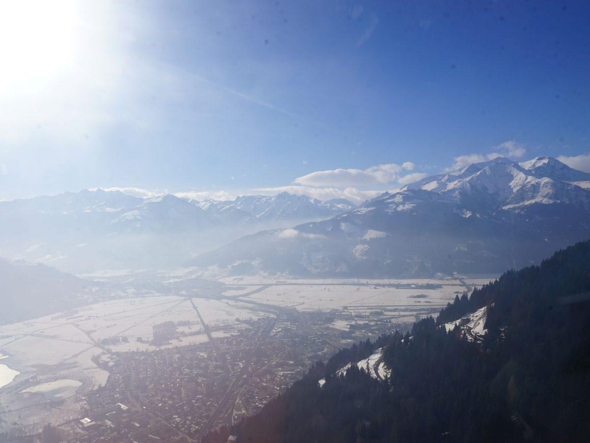 Zella am See/Salzburger Land: Heli-Transfer von Schloss Prielau ins Skigebiet. Blick nach Süden. Foto: Rainer Krause