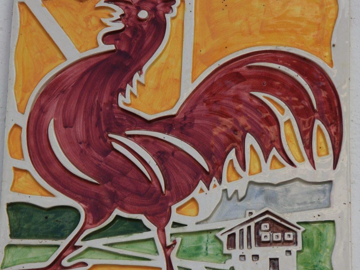 Das Zeichen des Roten Hahns steht in Südtirol für bäuerliche Gastlichkeit und Produkte mit hoher Qualität. Foto: Heidi Siefert