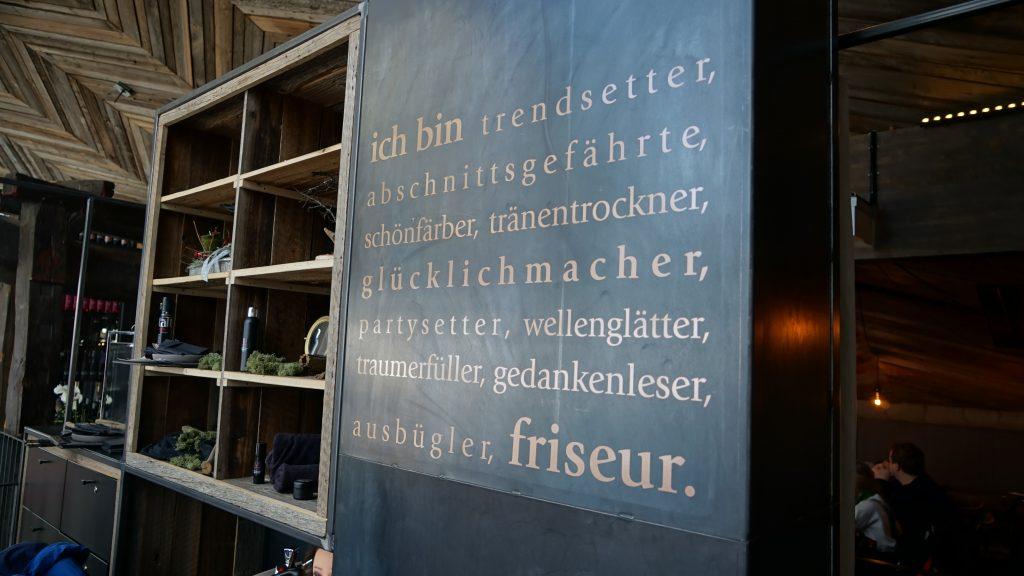 Maria Alm, Tom Almhütte, die Friseur-Ecke mit Vintage-Stuhl. Foto: R. Krause