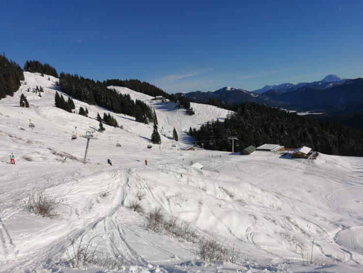 Lenggries, Skigebiet Brauneck: Schrödelsteinbahn im Finstermünz-Kessel, dahinter die Florihang-Lifte, rechts oberhalb der Schrödelsteinbahn-Tastation die Anderl Alm. Foto: Tom Krause